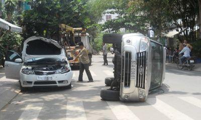 Ô tô 7 chỗ gây tai nạn liên hoàn rồi lật nhào như phim hành động