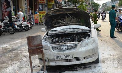 Xe ô tô bốc cháy trên đường, nhiều người tháo chạy