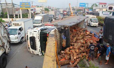 Xe tải chở gỗ lật ngang trên QL1A, giao thông hỗn loạn