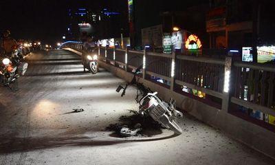 Xe máy cháy trơ khung trên cầu vượt thép
