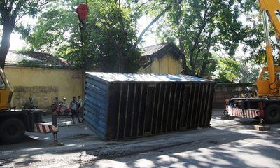 Container lật nhào giữa Sài Gòn, giao thông hỗn loạn