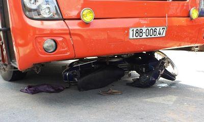 TP HCM: Xe khách cuốn xe máy vào gầm, đôi nam nữ thoát chết