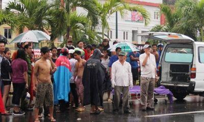 Bé trai 9 tuổi tử vong vì chạy ra giữa đường tắm mưa