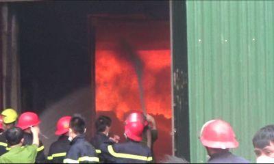 Cận cảnh cháy lớn tại nhà máy Diana Hà Nội