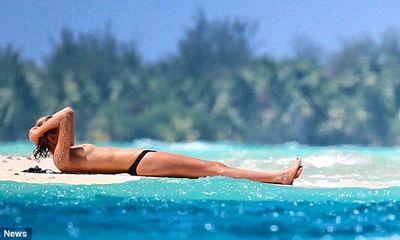 Bồ Leonardo DiCaprio vô tư phơi ngực trên bãi biển