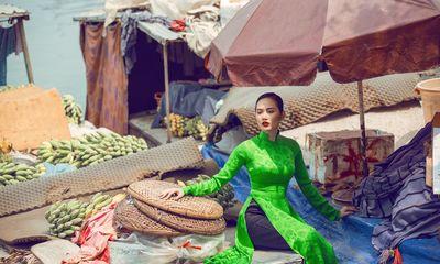 Siêu mẫu Châu Á Diệu Linh cá tính với áo dài trên chợ nổi