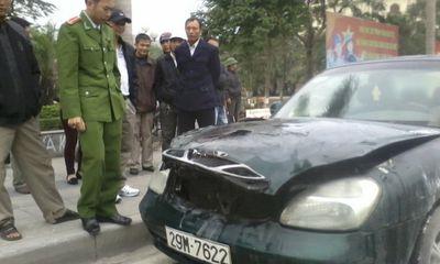 Ô tô 4 chỗ bốc cháy dữ dội khi dừng đèn đỏ