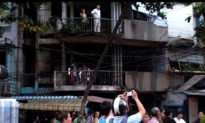 TP.HCM: Chung cư bốc cháy dữ dội, người dân đập cửa cứu hỏa
