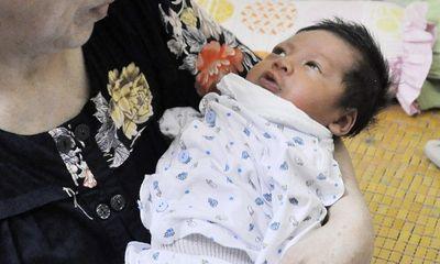 Hà Nội: Bé trai 6 ngày tuổi bị bỏ rơi ở quán cà phê