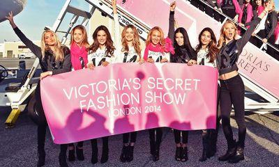 Dàn siêu mẫu Victoria's Secret tươi cười rạng rỡ ở sân bay London
