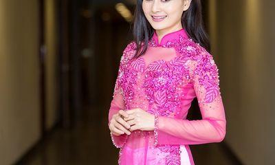 Lan Phương hào hứng diện áo dài tham gia Gala Cười