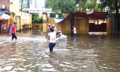 Hình ảnh ngập lụt, cây đổ tại Hà Nội do ảnh hưởng bão Thần Sấm