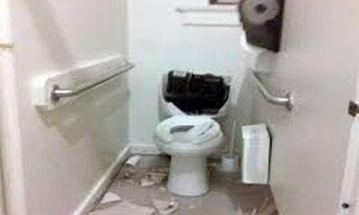 Người đàn ông chết bất thường trong nhà vệ sinh