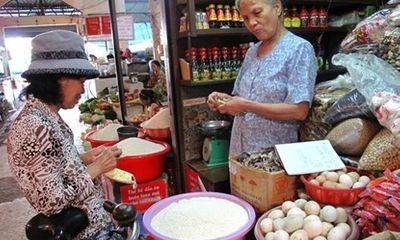 Giá xăng dầu giảm mạnh, giá thực phẩm vẫn rục rịch tăng