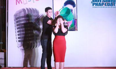Bảo Trâm Idol bất ngờ đổ xô nước đá lên đầu trong minishow