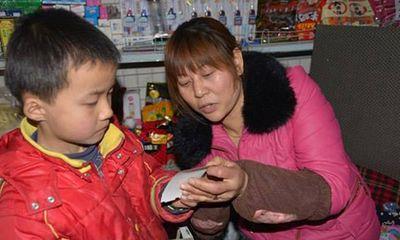 Cậu bé 8 tuổi nhịn ăn sáng dành tiền chữa bệnh cho bố