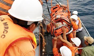 Cứu thuyền viên bị nạn rơi xuống biển bị lưỡi câu móc rách miệng