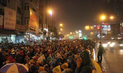 Hàng ngàn người đội mưa cầu an ngoài chùa Phúc Khánh