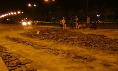 Xe tải nổ lốp văng bánh, hàng tấn gạch đổ tràn xuống đại lộ