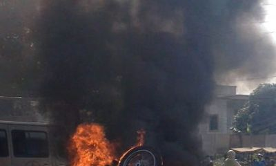 Va chạm với xe tải, mô tô dẫn đoàn đua bốc cháy dữ dội