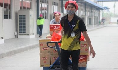 Hàng nghìn công nhân trả lại quà Tết vì nghi là hàng giả