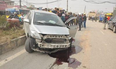 Va chạm xe tải, ô tô con vỡ nát đầu giữa phố