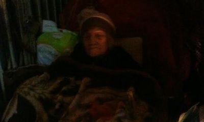 Hà Nội: Cụ bà 95 tuổi bị đẩy ra vỉa hè, phủ nilon giữa trời mưa rét