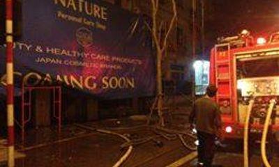 Cháy ngùn ngụt trong đêm tại cửa hàng sofa 6 tầng Đê La Thành