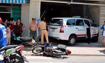 Taxi mất lái húc đổ 4 xe máy, tông sập tường nhà dân