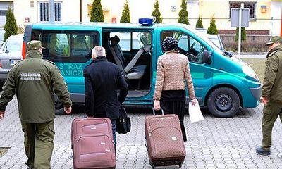 Chồng 'đóng gói' vợ vào vali để du lịch EU