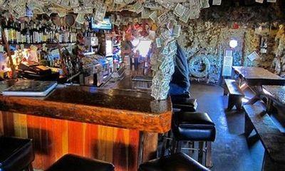 Quán bar bằng... đô la hút khách du lịch