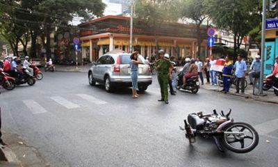 Thân Thúy Hà 'tóm gọn' kẻ gây tai nạn trên phố