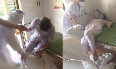 Xót xa hình ảnh 3 nữ nhân viên y tế ở Thuận Thành ngất xỉu vì kiệt sức
