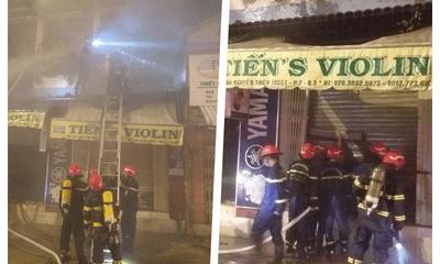 Hiện trường vụ cháy nhà lúc rạng sáng, cảnh sát cắt cửa cuốn giải cứu 4 người bên trong
