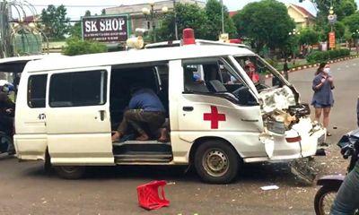 Tin tức tai nạn giao thông ngày 12/6: Xe cấp cứu biến dạng sau va chạm kinh hoàng với xe tải