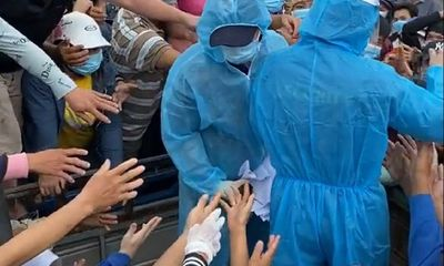 Tiểu thương chen lấn lấy giấy xét nghiệm COVID-19, ban quản lý chợ Bình Điền lên tiếng