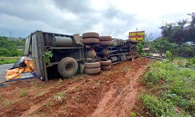 Tin tức tai nạn giao thông ngày 4/8: Xe tải lật trên dốc, cả chục tấn gạo bị hất văng ra đường