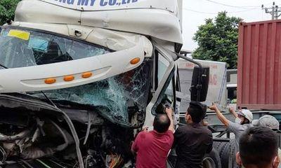 Tin tức tai nạn giao thông ngày 12/8:Container húc đuôi xe tải ở Hải Dương, tài xế kẹt cứng trong cabin