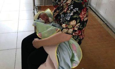 Bé sơ sinh 2 ngày tuổi bị bỏ rơi trước cổng nhà dân: Mảnh giấy trong chiếc giỏ màu hồng ghi gì?