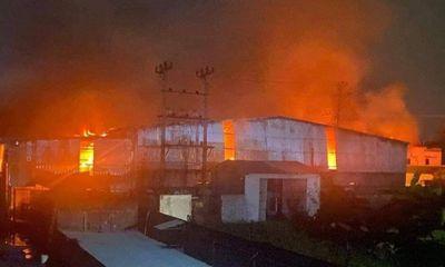 Cháy lớn tại xưởng giấy rộng hơn 1.000m2 ở Hải Phòng, cả trăm người tham gia dập lửa