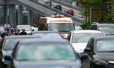 Hà Nội ngày đầu dỡ 39 chốt kiểm soát: Đường phố đông đúc, xe cứu thương chen giữa dòng ô tô