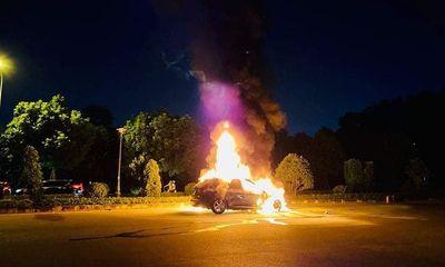 Xe sang BMW bất ngờ bùng cháy giữa phố Hà Nội, 3 người trong gia đình thoát chết