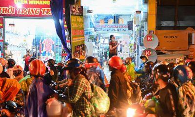 Người dân về từ các tỉnh phía Nam ùn ùn qua Hà Nội: Nhiều trẻ nhỏ kiệt sức ngủ say trên xe máy