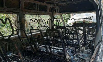 Ô tô 16 chỗ cháy bất thường trong đêm, nghi bị đốt: Đôi găng tay còn mùi xăng gần hiện trường