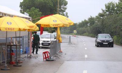 Hà Nội: Tạm dừng kiểm soát ở nhiều cửa ngõ, ô tô băng băng qua chốt