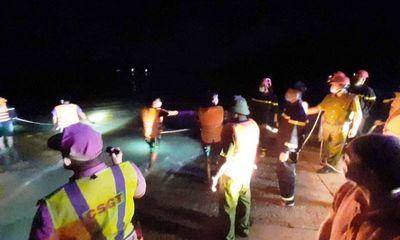Băng qua cầu tràn, hai vợ chồng trên xe tải bị lũ cuốn trôi