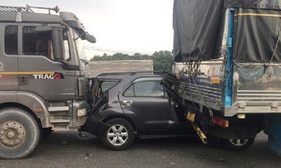 Tai nạn liên hoàn trên quốc lộ 1, ô tô 7 chỗ biến dạng