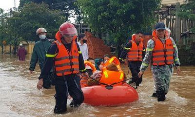 Nhiều nơi ở miền Trung ngập sâu, hàng trăm học sinh mắc kẹt chờ cứu hộ