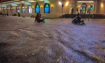 """Nhiều tuyến phố ở Hà Nội bỗng """"thành sông"""" sau trận mưa lớn kéo dài"""