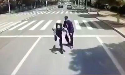 Thanh niên thẳng tay đẩy bạn gái vào xe buýt đang chạy, bị chỉ trích còn có thái độ gây phẫn nộ